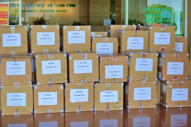 Crocs tặng 800 đôi dép cho đội ngũ y bác sĩ tuyến đầu chống dịch Covid-19 - 4