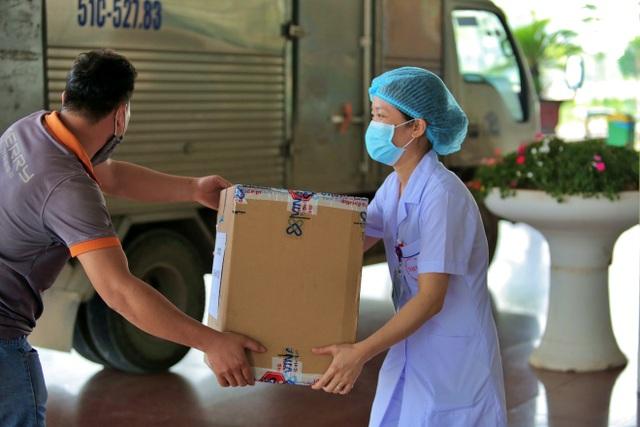 Crocs tặng 800 đôi dép cho đội ngũ y bác sĩ tuyến đầu chống dịch Covid-19 - 5