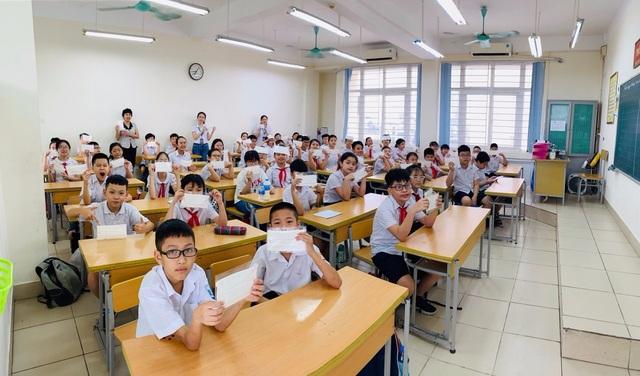 Sau nghỉ dịch Covid-19: Nhiều trường được trang bị khẩu trang kháng khuẩn cho học sinh - 1
