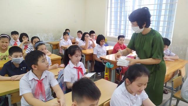 Sau nghỉ dịch Covid-19: Nhiều trường được trang bị khẩu trang kháng khuẩn cho học sinh - 3