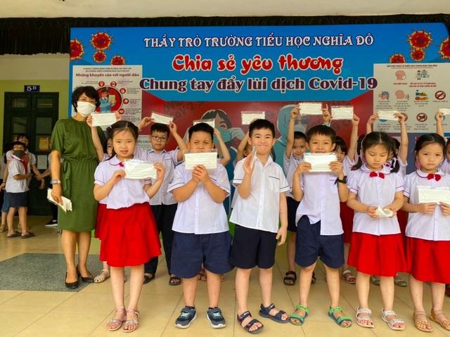 Sau nghỉ dịch Covid-19: Nhiều trường được trang bị khẩu trang kháng khuẩn cho học sinh - 4