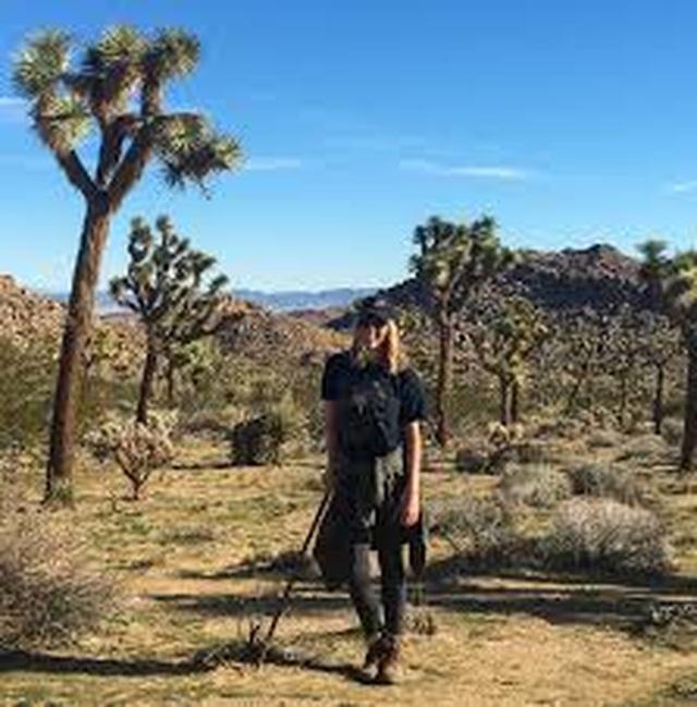 Lạc giữa sa mạc bỏng rát, cô gái phải uống nước tiểu để sống sót - 1