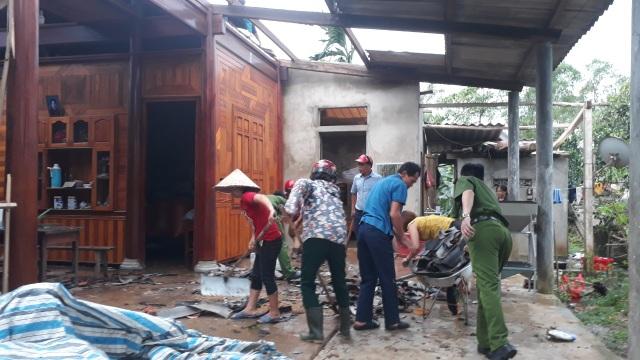 Cận cảnh cả trăm ngôi nhà tan hoang sau trận lốc xoáy - 11