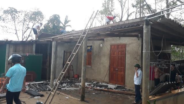 Cận cảnh cả trăm ngôi nhà tan hoang sau trận lốc xoáy - 6
