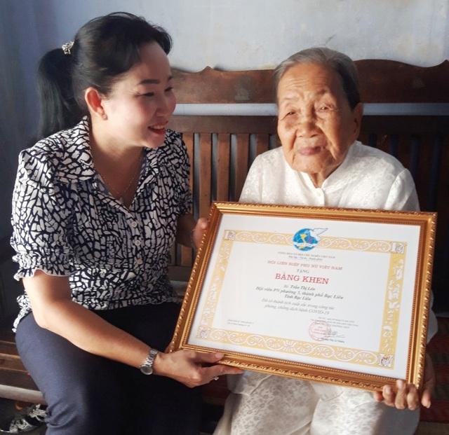 Trao bằng khen cụ bà 93 tuổi ủng hộ tiền chống dịch Covid-19 - 1