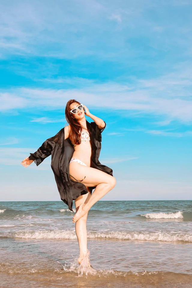 Khánh Thi mặc bikini sexy, được chồng trẻ hôn đắm đuối bên bãi biển - 10
