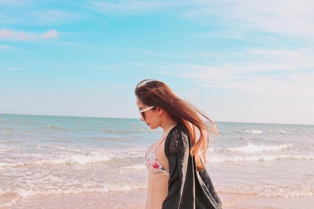 Khánh Thi mặc bikini sexy, được chồng trẻ hôn đắm đuối bên bãi biển - 13