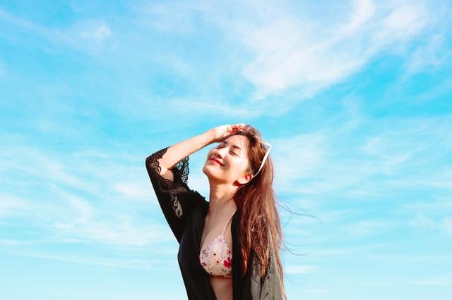 Khánh Thi mặc bikini sexy, được chồng trẻ hôn đắm đuối bên bãi biển - 11