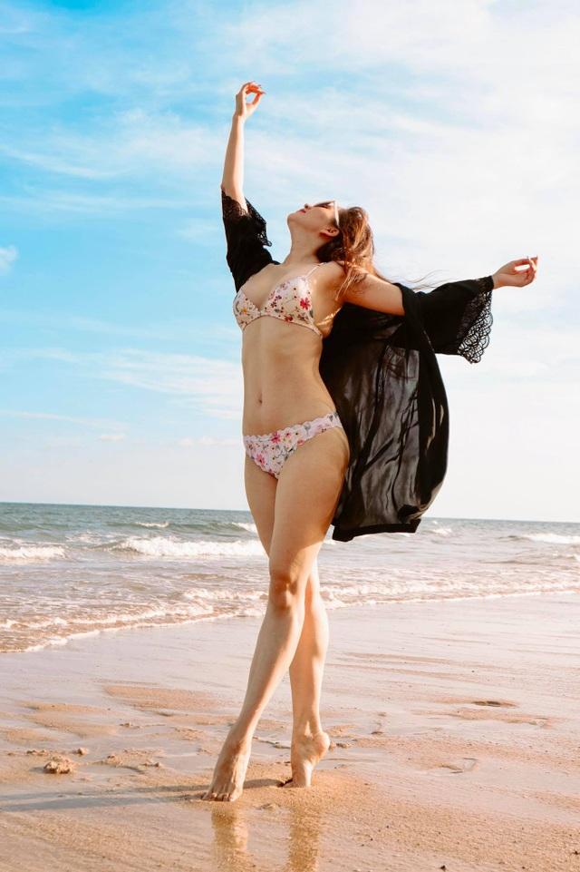 Khánh Thi mặc bikini sexy, được chồng trẻ hôn đắm đuối bên bãi biển - 8