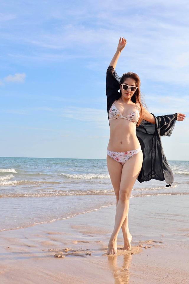 Khánh Thi mặc bikini sexy, được chồng trẻ hôn đắm đuối bên bãi biển - 9