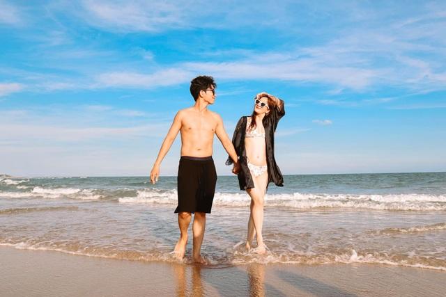 Khánh Thi mặc bikini sexy, được chồng trẻ hôn đắm đuối bên bãi biển - 14