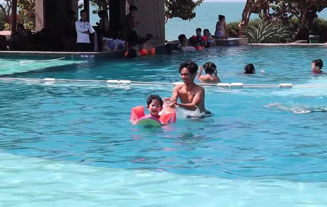 Khánh Thi mặc bikini sexy, được chồng trẻ hôn đắm đuối bên bãi biển - 5