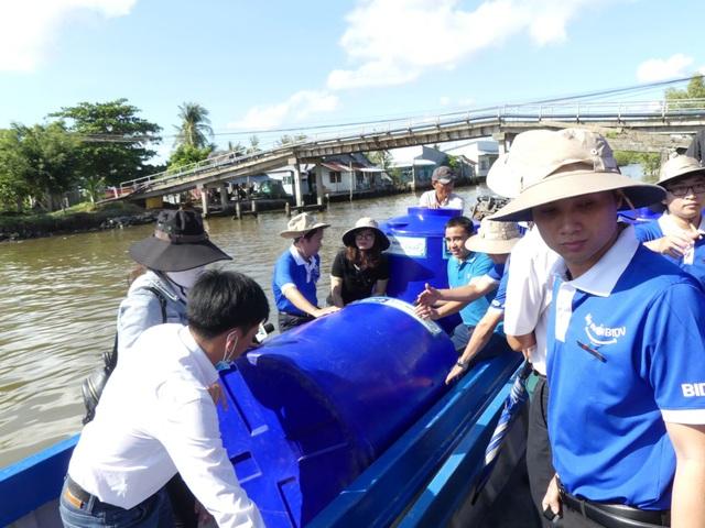 BIDV trao tặng 13.300 bồn chứa nước và 39 máy lọc nước ủng hộ đồng bào 5 tỉnh ĐBSCL - 1