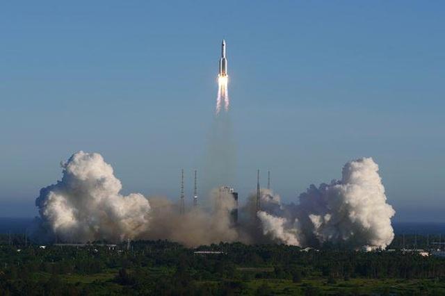 Mảnh vỡ khổng lồ từ tên lửa của Trung Quốc rơi tự do xuống Trái Đất - 1