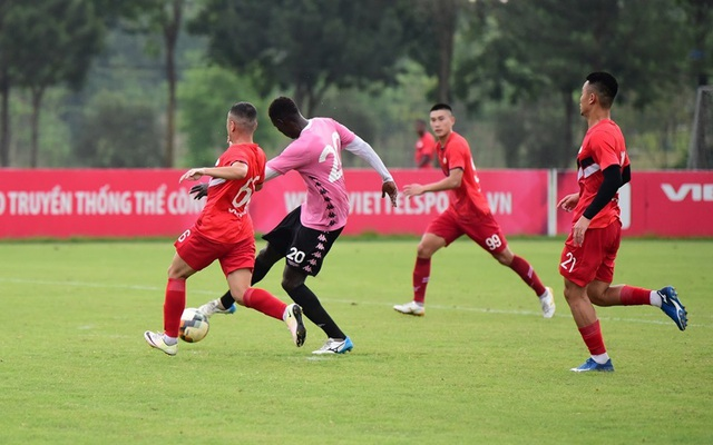 Trận CLB Viettel gặp CLB Hà Nội phải huỷ vì mưa to - 1