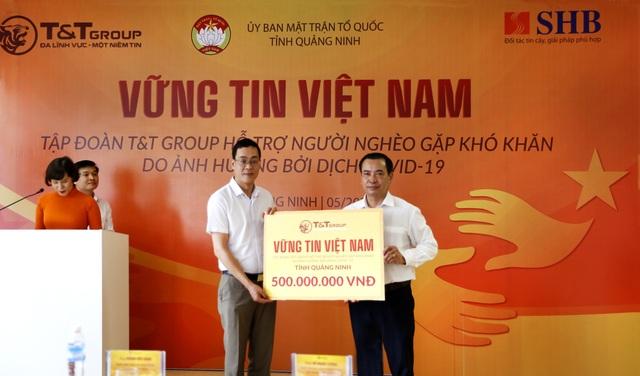 """Cha liệt sĩ xúc động nhận quà từ chương trình """"Vững tin Việt Nam"""" của TT Group - 3"""