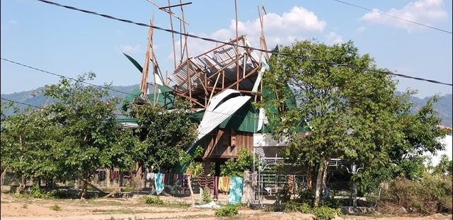 Hơn 100 nhà dân, trường học... bị tốc mái vì mưa giông - 1
