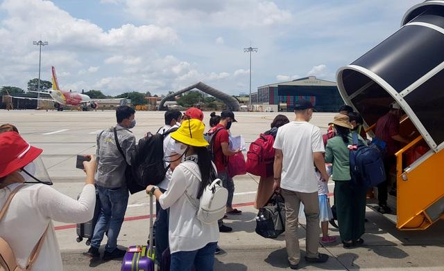 Sân bay Tân Sơn Nhất đông đúc .jpg