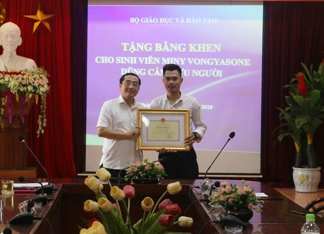 Sinh viên Lào dũng cảm cứu người được Bộ trưởng Bộ Giáo dục tặng bằng khen - 1