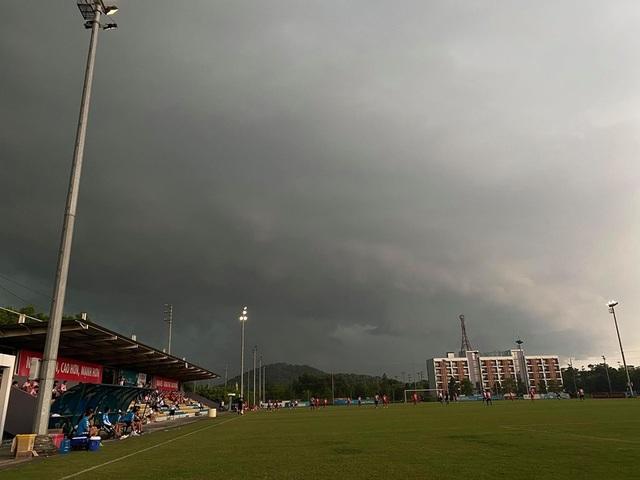 Trận CLB Viettel gặp CLB Hà Nội phải huỷ vì mưa to - 2