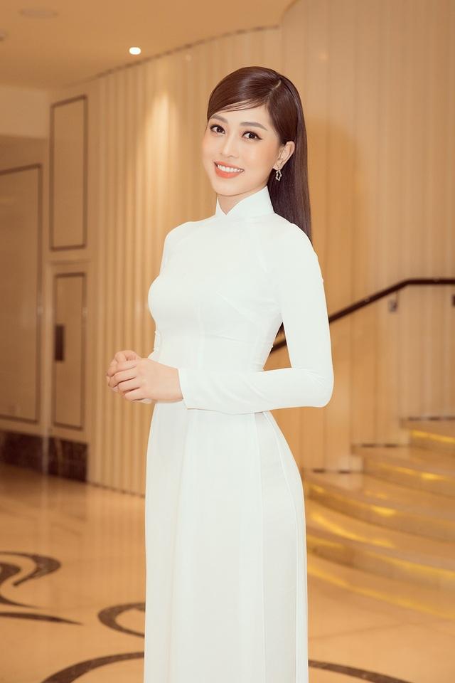 Hoa hậu Đỗ Mỹ Linh, Trần Tiểu Vy, Lương Thuỳ Linh đọ dáng với áo dài trắng - 4
