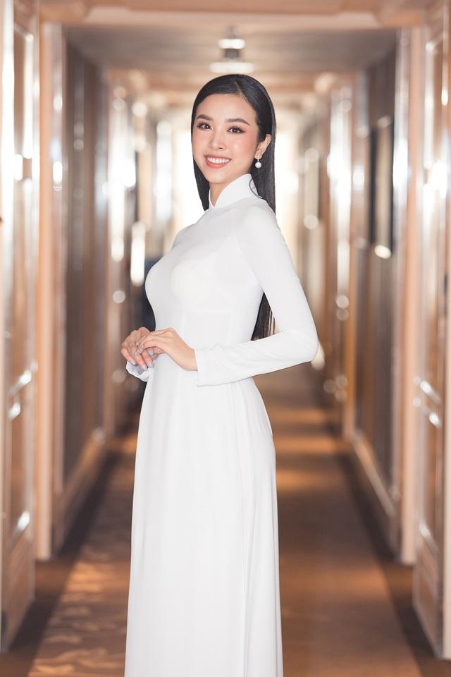 Hoa hậu Đỗ Mỹ Linh, Trần Tiểu Vy, Lương Thuỳ Linh đọ dáng với áo dài trắng - 5