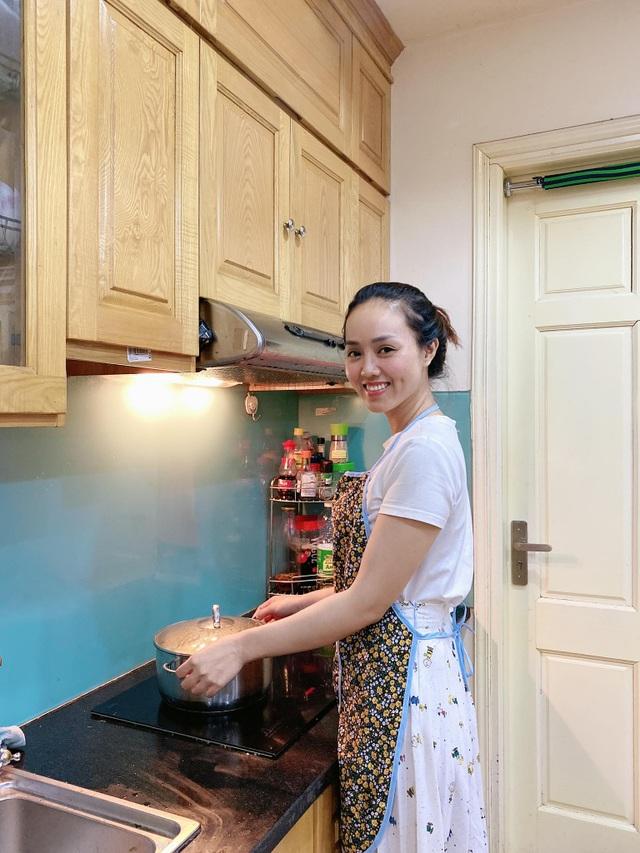 Không chỉ xinh đẹp, bạn gái NSND Công Lý còn nấu ăn khéo léo - 2