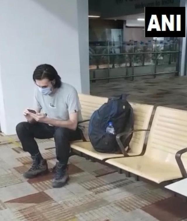 Bay từ Hà Nội ra nước ngoài, du khách mắc kẹt ở sân bay suốt 54 ngày - 1