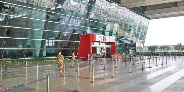 Bay từ Hà Nội ra nước ngoài, du khách mắc kẹt ở sân bay suốt 54 ngày - 2