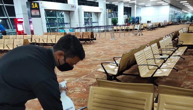 Bay từ Hà Nội ra nước ngoài, du khách mắc kẹt ở sân bay suốt 54 ngày - 3