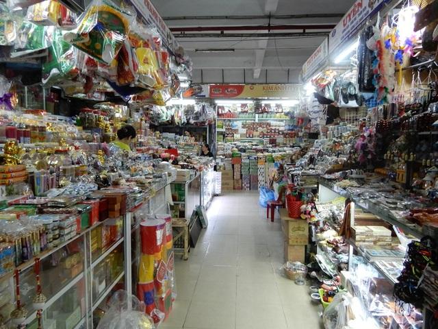 """Chợ Hàn vẫn vắng bóng du khách, nhiều sạp hàng còn """"cửa đóng then cài"""" - 1"""