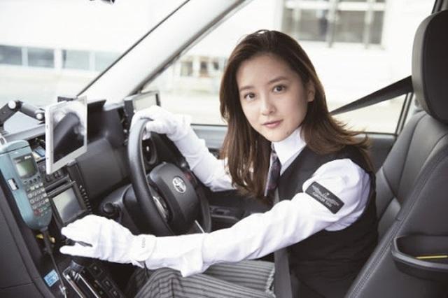 Cô gái lái taxi được mệnh danh xinh đẹp nóng bỏng nhất - 3