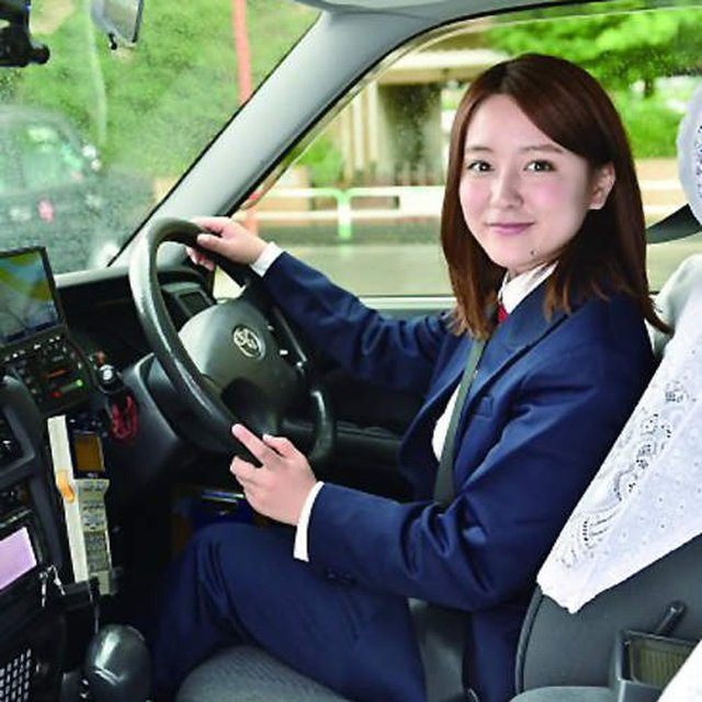 Cô gái lái taxi được mệnh danh xinh đẹp nóng bỏng nhất - 4