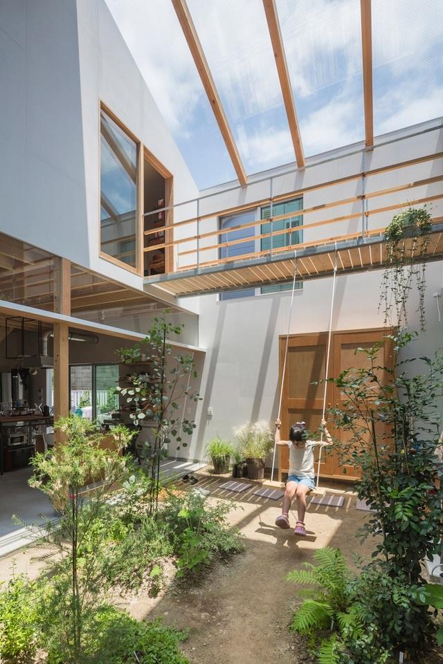 Ngôi nhà bên ngoài đơn giản, bên trong ẩn chứa cả vườn cây xanh mát - 2