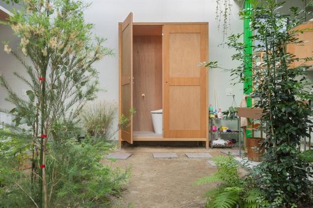 Ngôi nhà bên ngoài đơn giản, bên trong ẩn chứa cả vườn cây xanh mát - 3