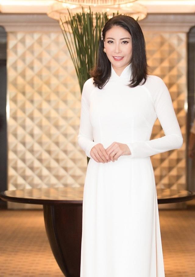Hoa hậu Đỗ Mỹ Linh, Trần Tiểu Vy, Lương Thuỳ Linh đọ dáng với áo dài trắng - 9