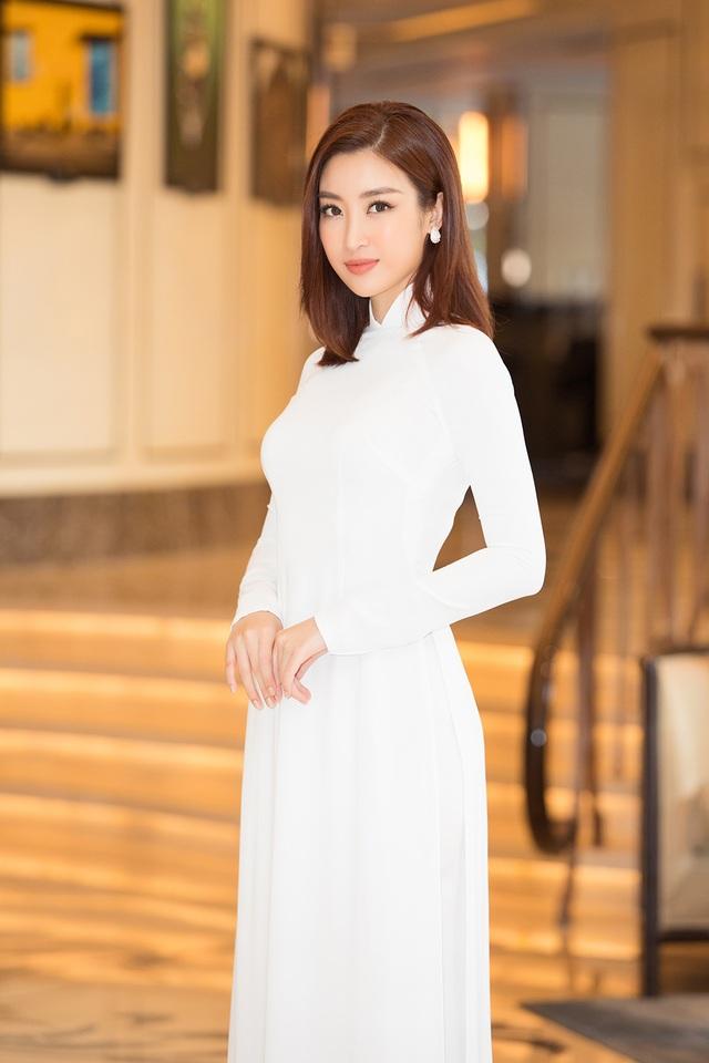 Hoa hậu Đỗ Mỹ Linh, Trần Tiểu Vy, Lương Thuỳ Linh đọ dáng với áo dài trắng - 8
