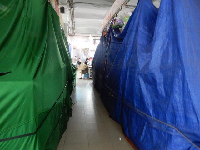 """Chợ Hàn vẫn vắng bóng du khách, nhiều sạp hàng còn """"cửa đóng then cài"""" - 2"""