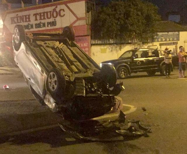 Ô tô lật ngửa sau va chạm với xe máy, 3 người thương vong - 1