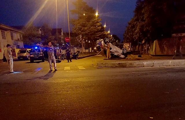 Ô tô lật ngửa sau va chạm với xe máy, 3 người thương vong - 2