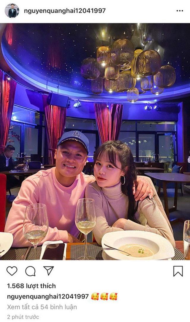 Cầu thủ Quang Hải đăng ảnh khoác vai tình tứ cùng bạn gái mới - 1