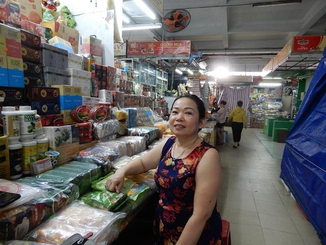 """Chợ Hàn vẫn vắng bóng du khách, nhiều sạp hàng còn """"cửa đóng then cài"""" - 4"""