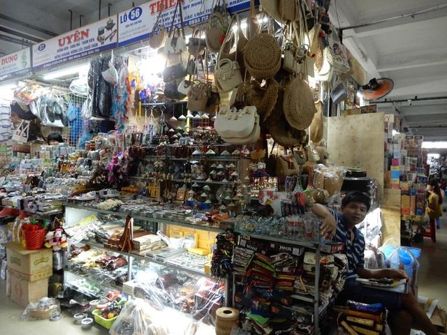 """Chợ Hàn vẫn vắng bóng du khách, nhiều sạp hàng còn """"cửa đóng then cài"""" - 7"""