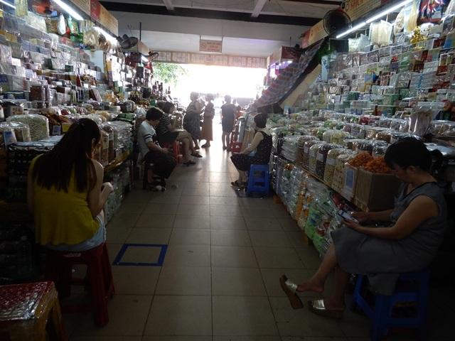 """Chợ Hàn vẫn vắng bóng du khách, nhiều sạp hàng còn """"cửa đóng then cài"""" - 6"""