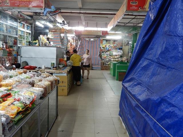 """Chợ Hàn vẫn vắng bóng du khách, nhiều sạp hàng còn """"cửa đóng then cài"""" - 5"""