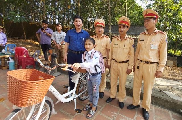 Bé gái 12 tuổi cùng lúc mất mẹ và em được Đội CSGT tặng chiếc xe đạp - 2