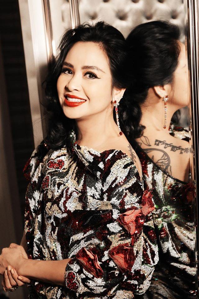Diva Thanh Lam công khai ảnh tình tứ bên người đàn ông lạ mặt - 2