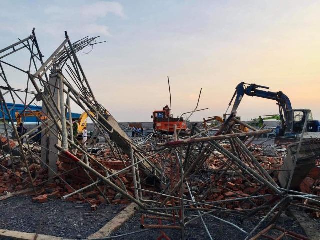 Sập tường công trình đang xây dựng, 10 người tử vong - 4