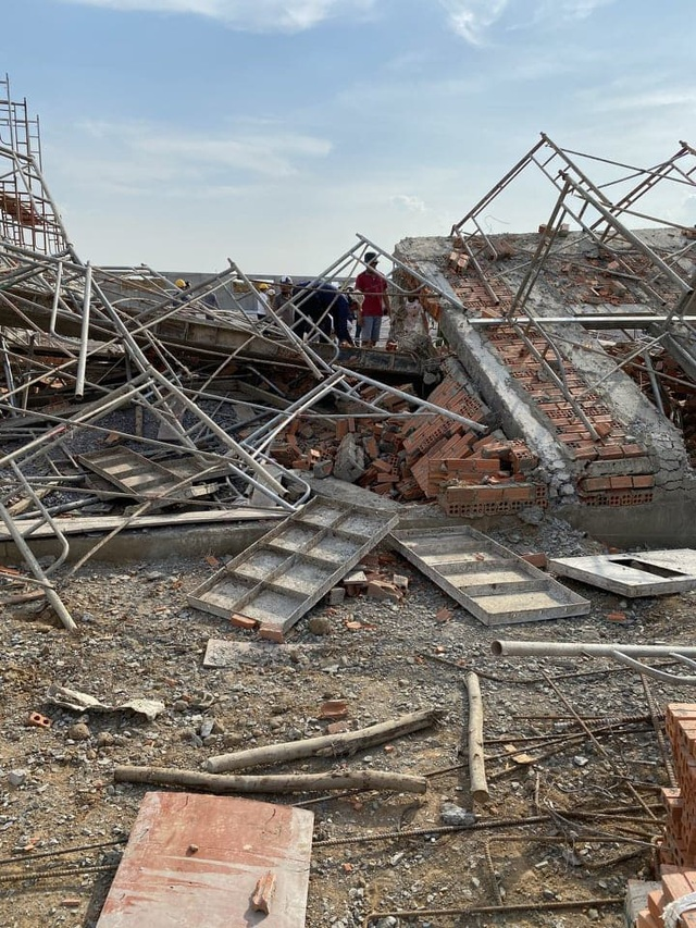 Sập tường công trình đang xây dựng, 10 người tử vong - 6