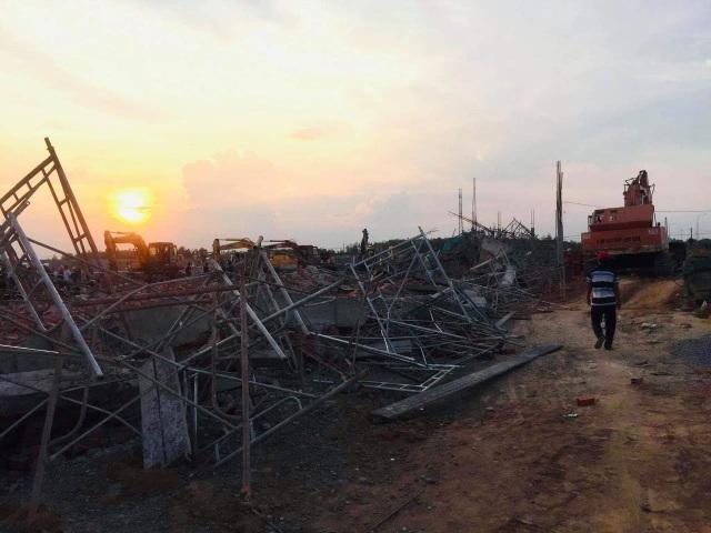 Sập tường công trình đang xây dựng, 10 người tử vong - 2